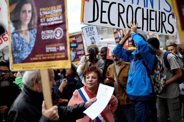 La sénatrice EELV de Paris Esther Benbassa manifeste devant le palais de justice de Paris en soutien...