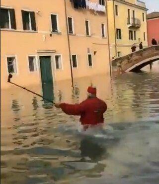 A Venise, cette vidéo d'un homme tombant à l'eau fait rire (jaune) Cécile