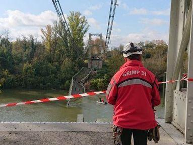 Ce lundi 18 novembre, le pont suspendu de Mirepoix-sur-Tarn s'est effondré. Au moins une jeune...