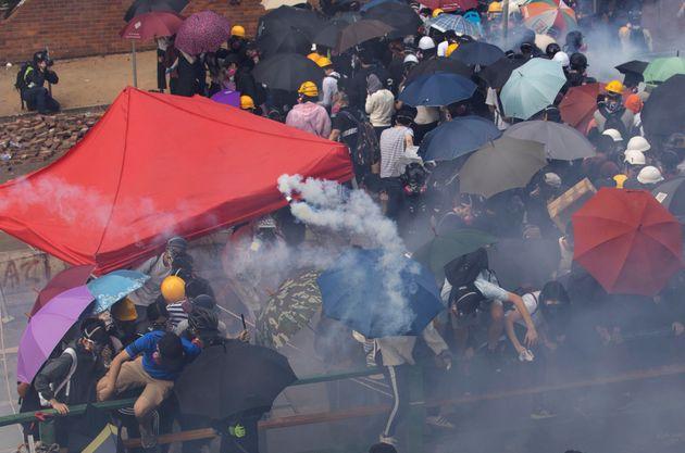 Χονγκ Κονγκ: Διαδηλωτές «δραπέτευσαν» από το αστυνομοκρατούμενο πολυτεχνείο με