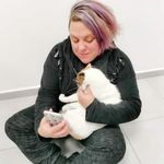 Τυφλή γυναίκα υιοθέτησε την τυφλή γατούλα που κακοποιήθηκε από ανηλίκους στη