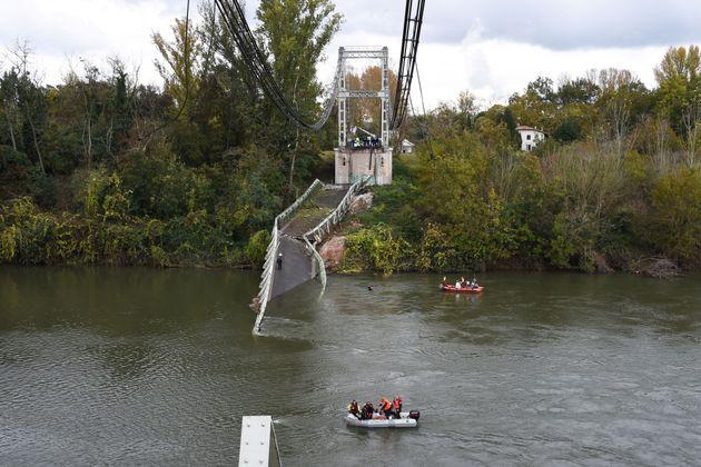 Des secouristes près du pont de Mirepoix, qui s'est effondré lundi 18 novembre 2019 dans...