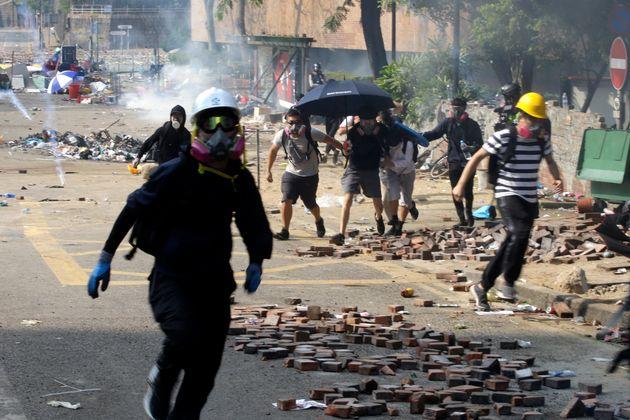 Des manifestants fuient après que des policiers aient lancé du gaz