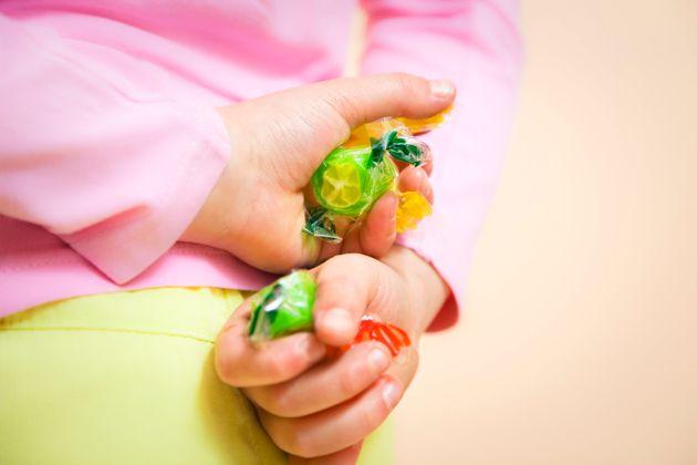 Bimba rischia di soffocare per una caramella: la maestra le