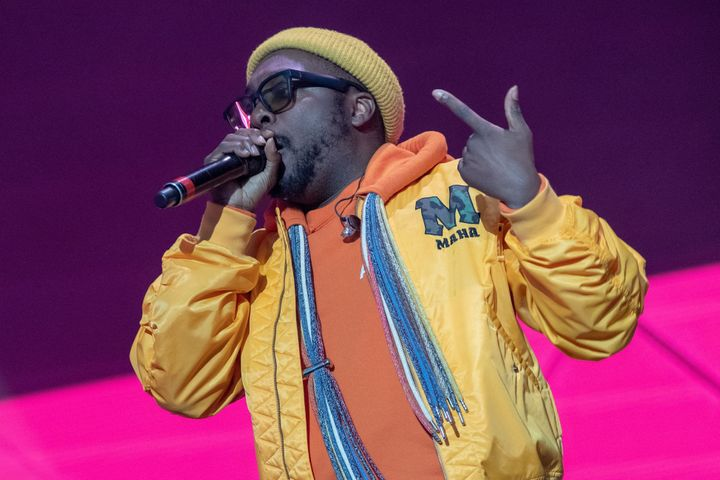 The Black Eyed Peas rapper will.i.am has defended his use of noise-cancelling headphones while on a Qantas flight