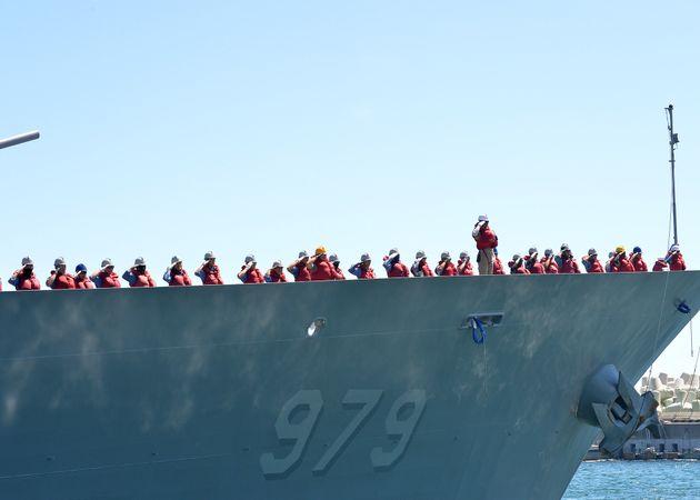 청해부대 30진 강감찬함 장병들이 파병임무를 위해 13일 부산작전기지에서 해군 장병들의 환송 속에 출항하고