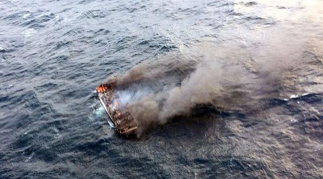 19일 오전 제주 차귀도 서쪽 해상에서 통영선적 대성호에서 화재가 발생해 전소됐다. 현재 승선원 12명 중 해경에 구조된 1명을 제외하고 11명은 아직까지 실종상태다. 사진은 불길에...