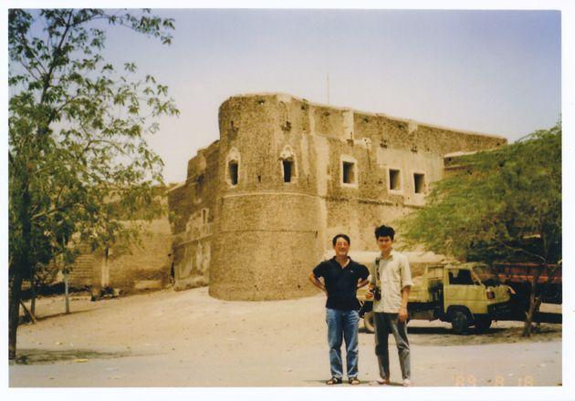 野口さんの父親(左)と高校生時代の野口さん(右)イエメン郊外にて