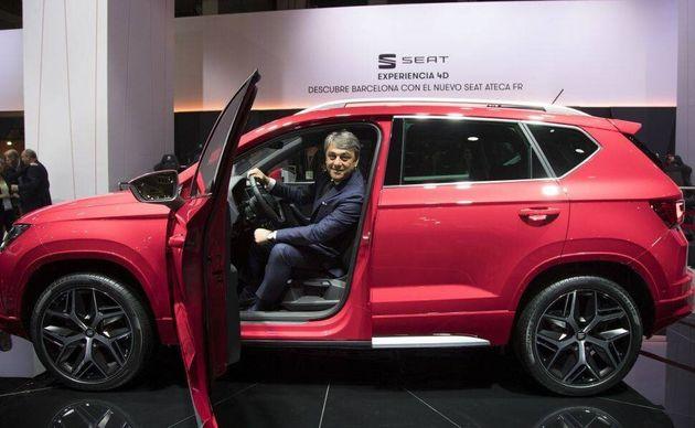 El presidente de SEAT, Luca de Meo, posa con el nuevo Ateca