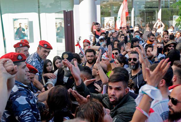 Libano, migliaia di manifestanti attorno al Parlamento contr