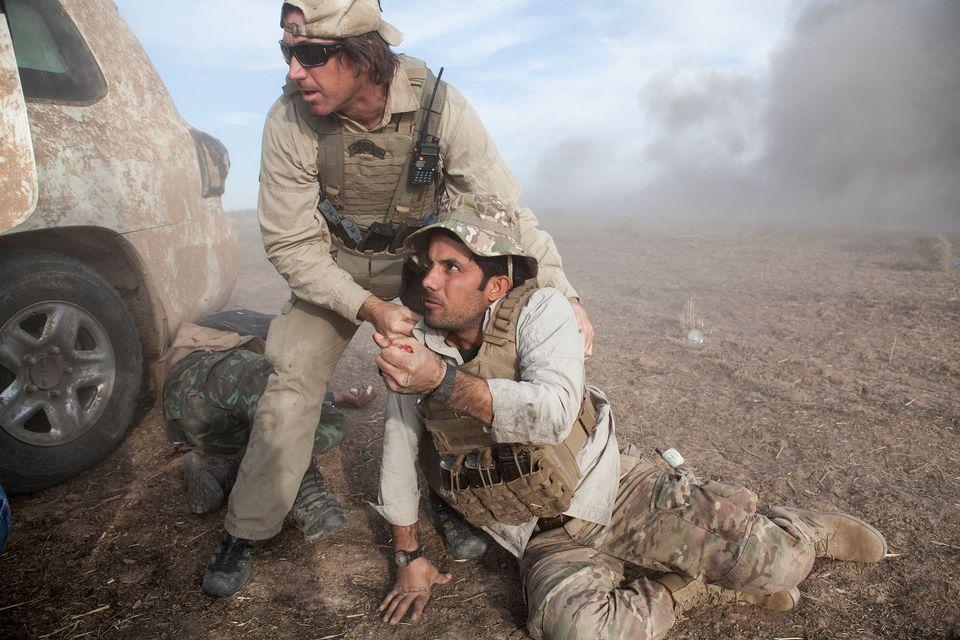 Jason, un free burma ranger, soccorre Mohammad, un suo collega, negli istanti successivi all'esplosione...
