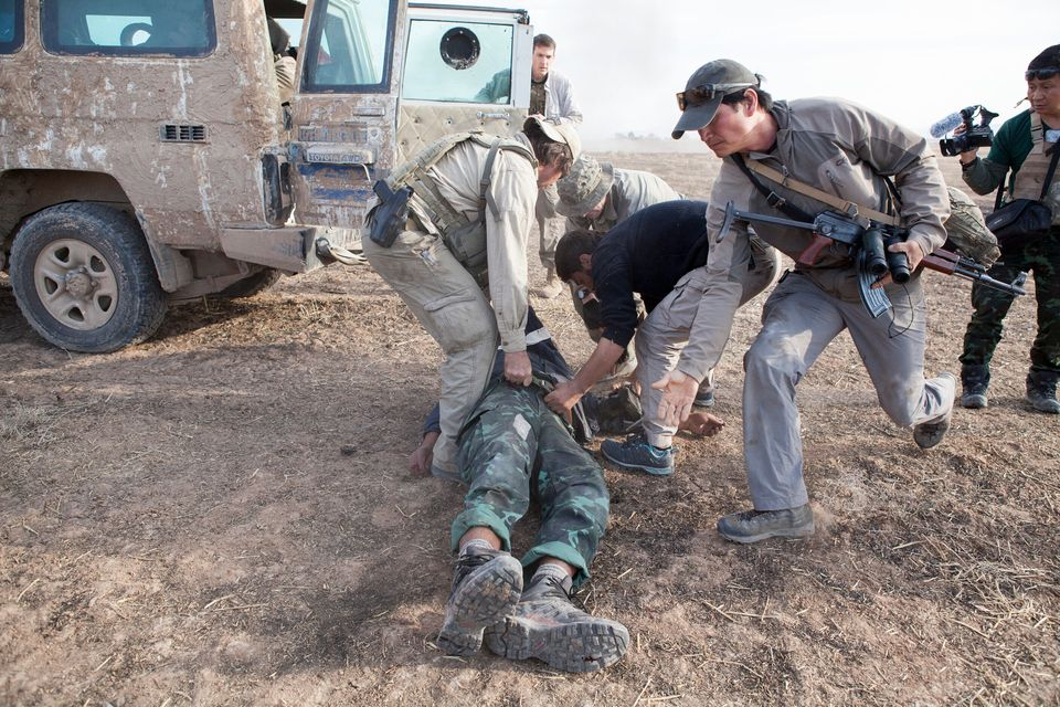 Jason trascina, insieme ad altri rangers, il corpo del suo collega e medico Zau Seng che morira' poco