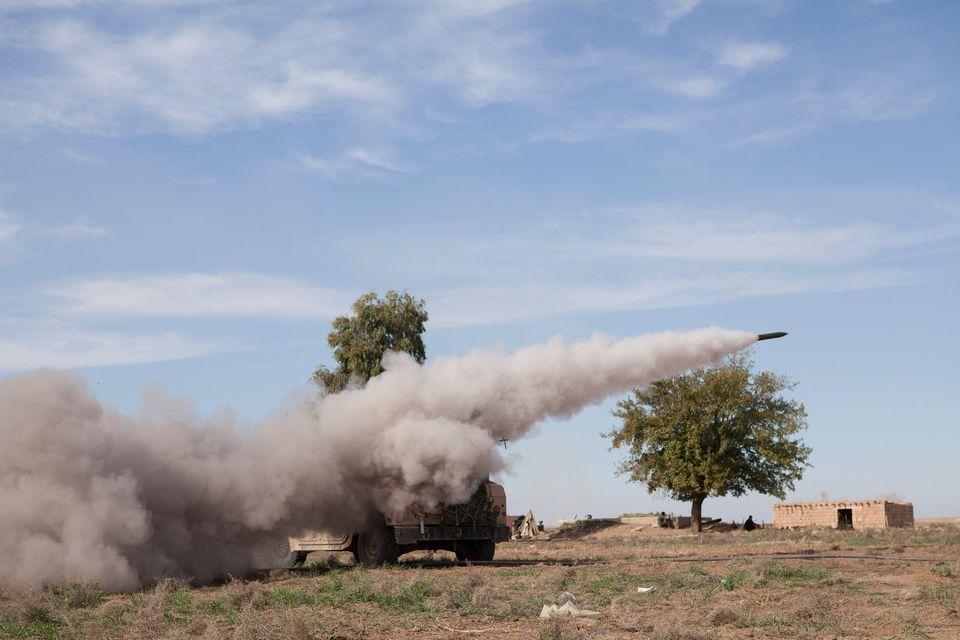 Un razzo viene sparato in direzione delle truppe