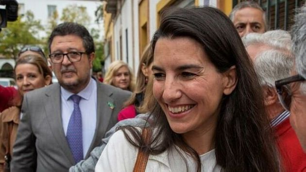Monasterio, delante del presidente de Vox Andalucía, Francisco Serrano, el pasado 4 de noviembre en
