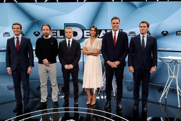 Pablo Casado, Pablo Iglesias, Pedro Sánchez y Albert Rivera posan junto a Ana Pastor y Vicente Vallés...