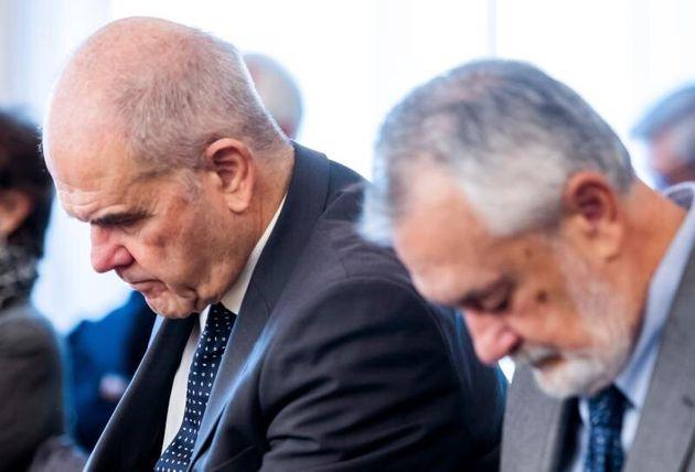 Los expresidentes socialistas Manuel Chaves y José Antonio Griñán, en la sala de...