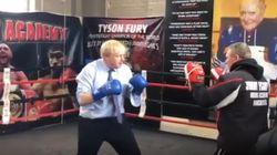 Camicia, cravatta e guantoni. Boris Johnson si allena per le elezioni sul ring
