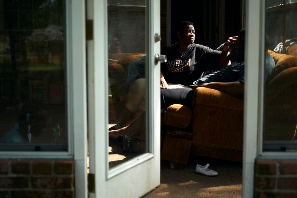 Rosie Phillips habla con su hijo, J.H., en la terraza acristalada de su casa en Shreveport, Louisiana, en agosto ...