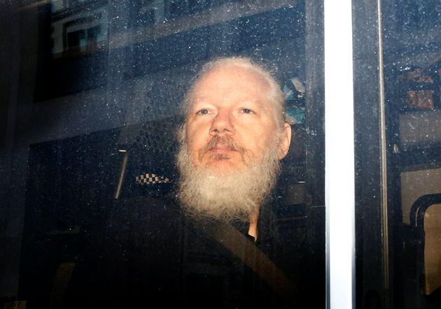 Julian Assange photographié dans un fourgon de police après son arrestation par la police...