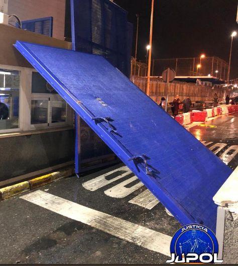 Un des deux portails défoncés par la camionnette.