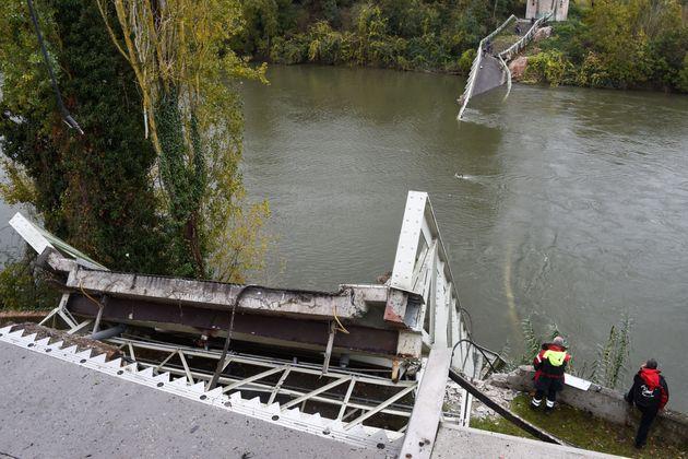 Des sauveteurs à côté du pont suspendu qui s'est effondré le 18 novembre 2019...