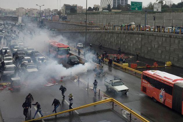 """""""Sono almeno 106 le persone uccise in 21 città dell'Iran"""". L"""