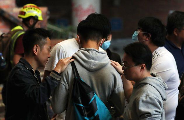 학내 시위 막바지에 이른 홍콩 이공대학교 학생들이 교사들로부터 위로를 받고