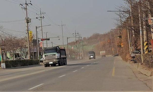 수도권매립지에서 마을 중심지까지 1㎞ 남짓 떨어진 사월마을은 매립지 수송도로와 맞닿아 있어 연중 날림먼지에 시달리고