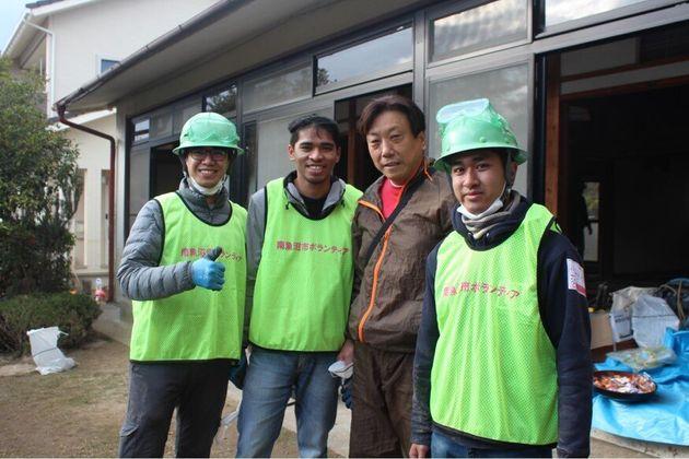 山口正樹さん(右から2番目)と留学生のボランティアたち