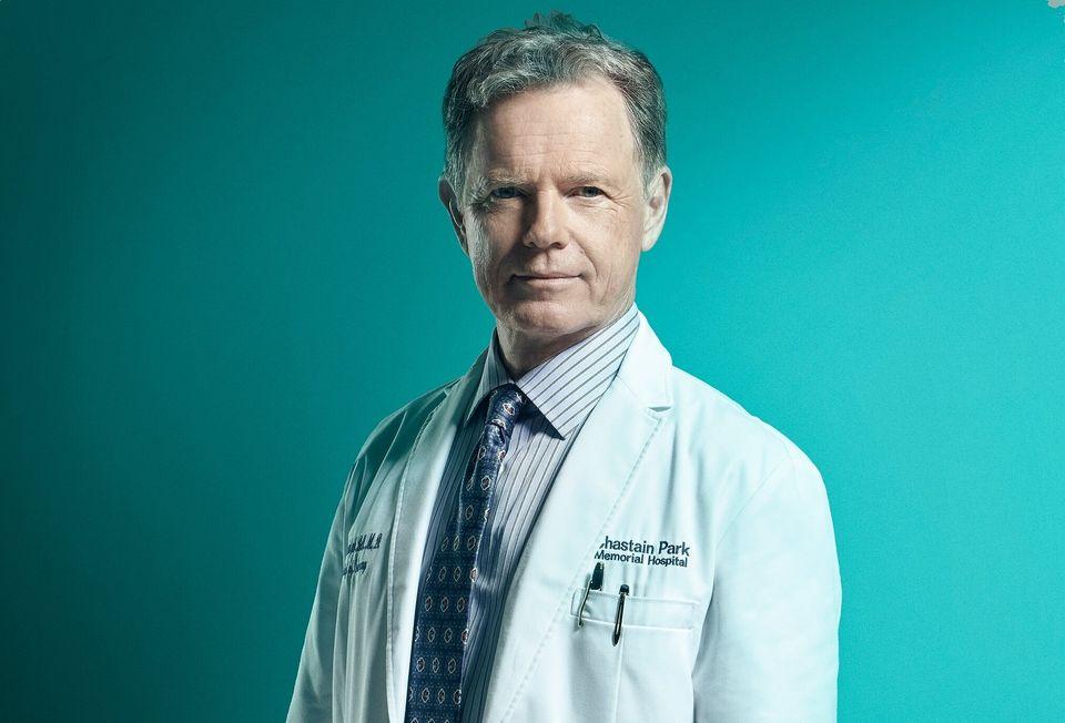 Ο Μπρους Γκρίνγουντ ως δρ.Μπελ στην ιατρική τηλεοπτική σειρά του FOX, «The
