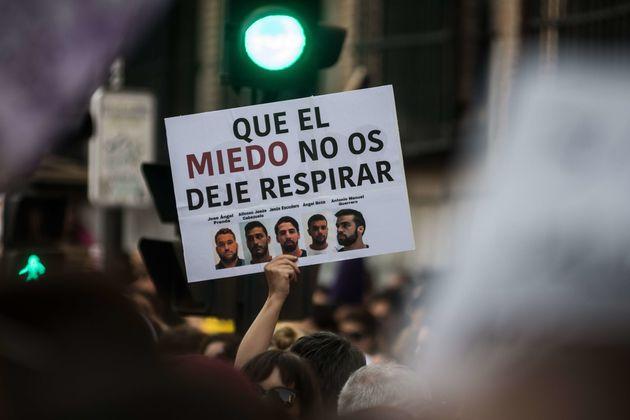 Un cartel contra La Manada, en una manifestación de solidaridad con la víctima en