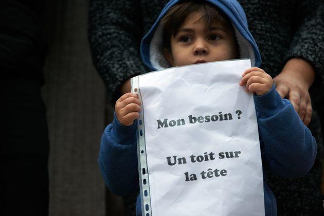 Un enfant faisant partie du plus grand squat de Toulouse participe à une manifestation devant...