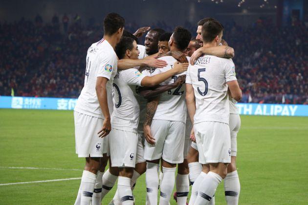 Les joueurs de l'équipe de France célébrant un but lors de leur match en Albanie...