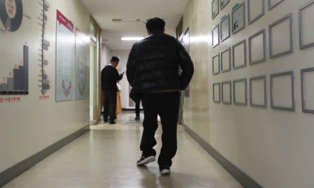 화성연쇄살인사건 8차 사건 범인으로 검거돼 20년간 옥살이를 한 윤모씨(52)가 20일 충북NGO센터에서 열린 기자회견을 마친 뒤 돌아가고