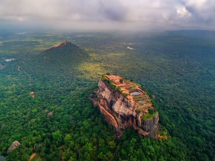 Vista aérea de la Roca del León, cerca de la ciudad de Sigiriya (Sri Lanka).