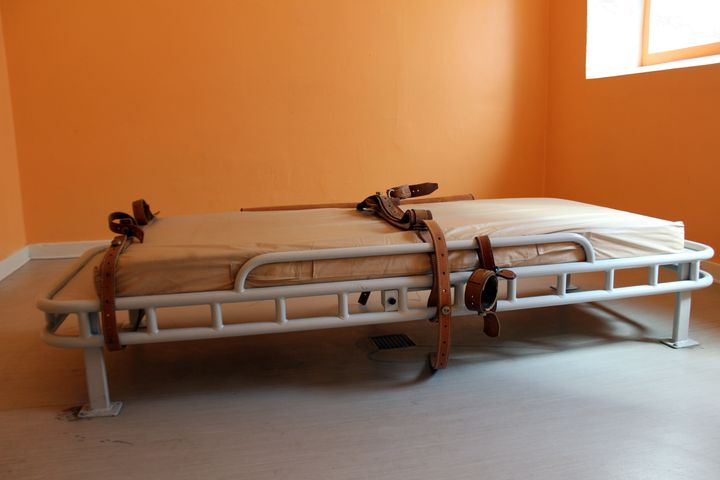 bed for restraining psychiatric patients
