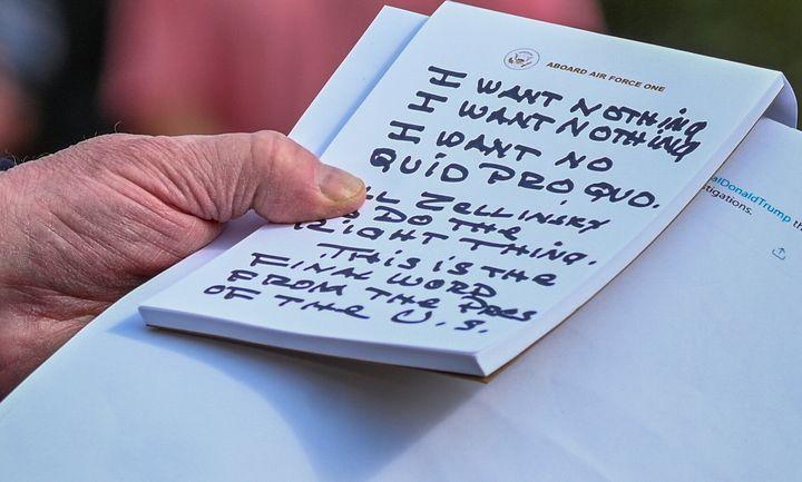 Trump ne pouvait vraiment pas se tromper en lisant ses notes (photographiée le 20 novembre dans les jardins de la Maison-Blanche) sur l'affaire ukrainienne.