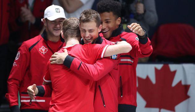 Le Canadien Denis Shapovalov félicité par son coéquipier Vasek Pospisil après...