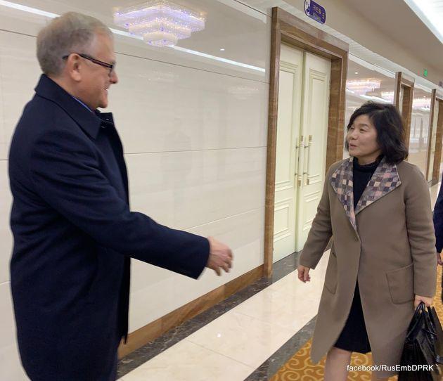 알렉산드리 마체고라 북한 주재 러시아대사(왼쪽)이 18일 평양 순안 국제공항에서 러시아로 떠나는 최선희 북한 외무성 제1부상을 배웅하고 있다. (주북 러시아대사관