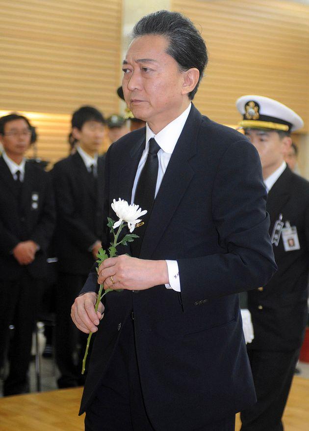 지난 2010년 천안함 사건 희생 장병의 분향소를 찾은 하토야마 전