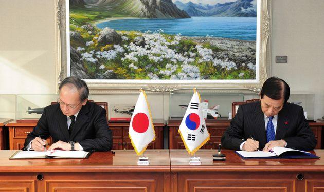 日韓GSOMIAが締結されたソウルでの署名式の様子(2016年11月23日、South Korean Defense Ministry via AP,