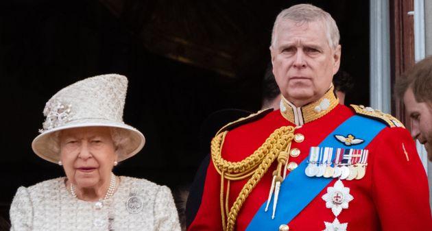 Il principe Andrea si ritira a vita privata e la Regina gli