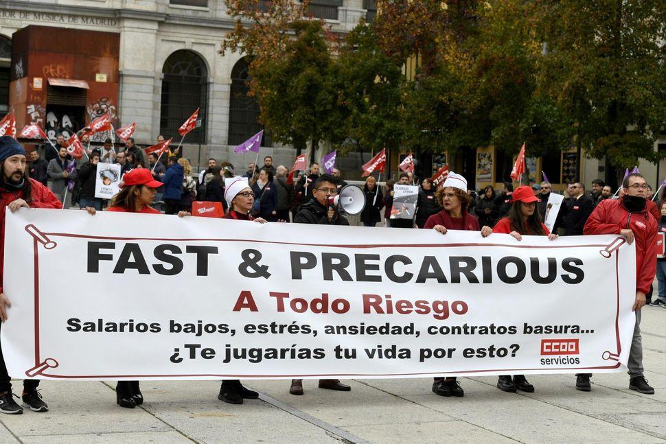 Raúl Calderón, con megáfono en mano, y Javier Godoy (derecha) denuncian junto con...
