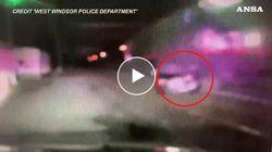 Treno travolge un'auto sui binari e la scaraventa contro la volante della polizia