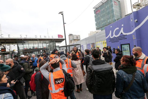 Des manifestants devant le siège de la SNCF au mois