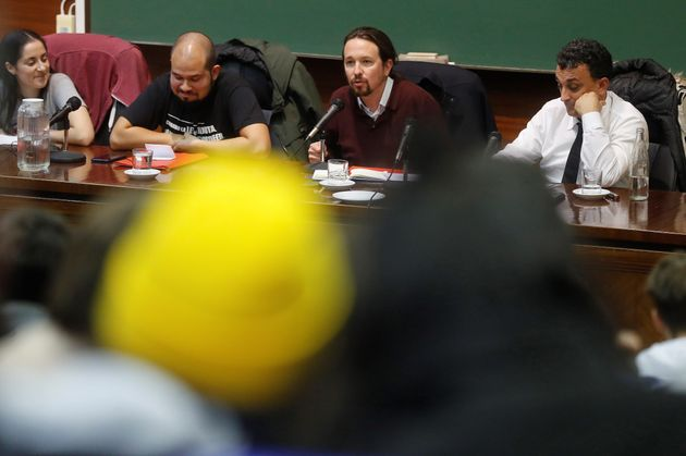 Pablo Iglesias capta la atención de los estudiantes que se han acercado a escucharle en la