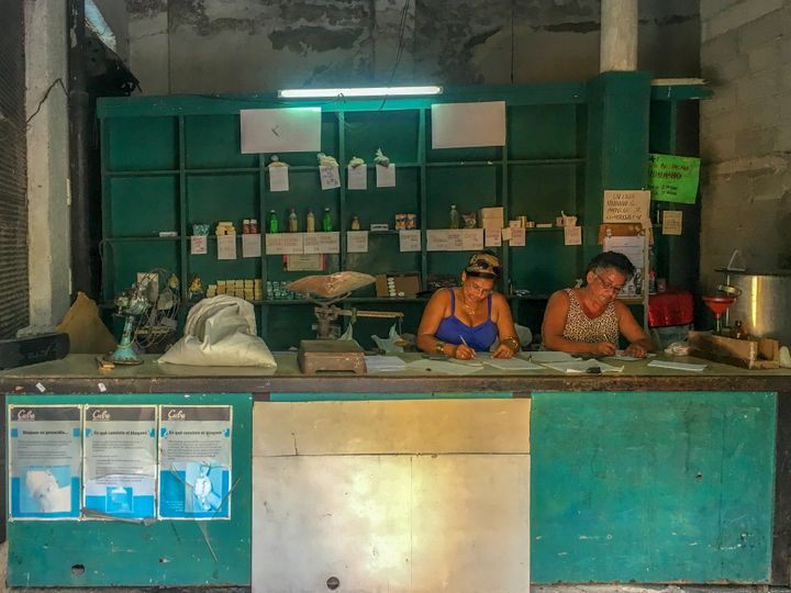 Dos mujeres trabajan en una 'bodega' cubana.