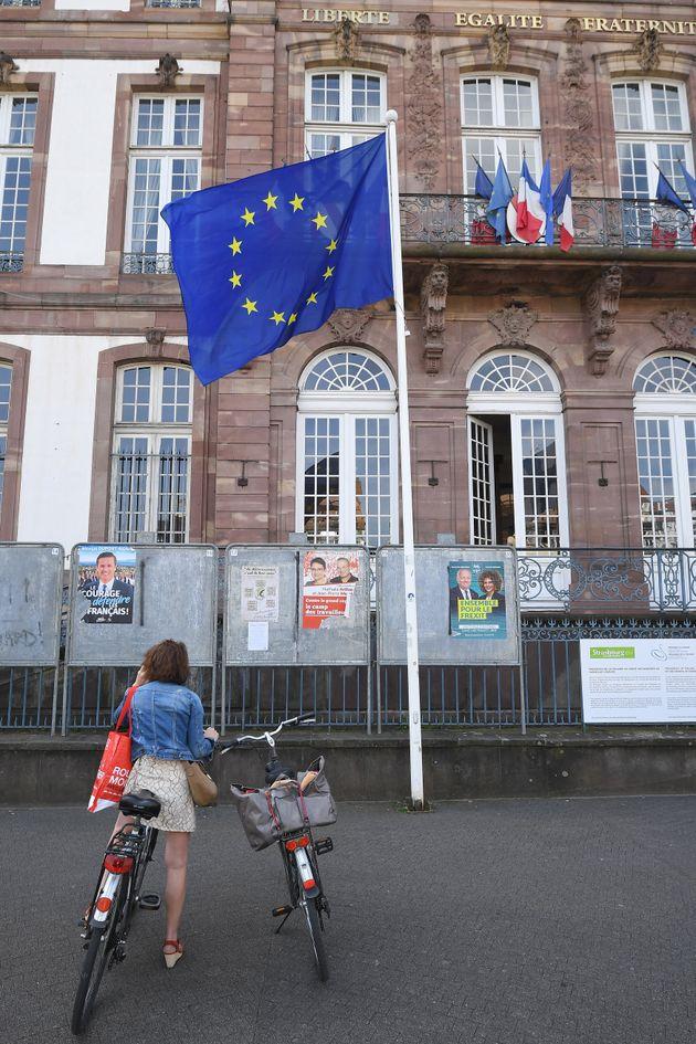 Une électrice devant un bureau de vote à Strasbourg, pendant les élections européennes de mai