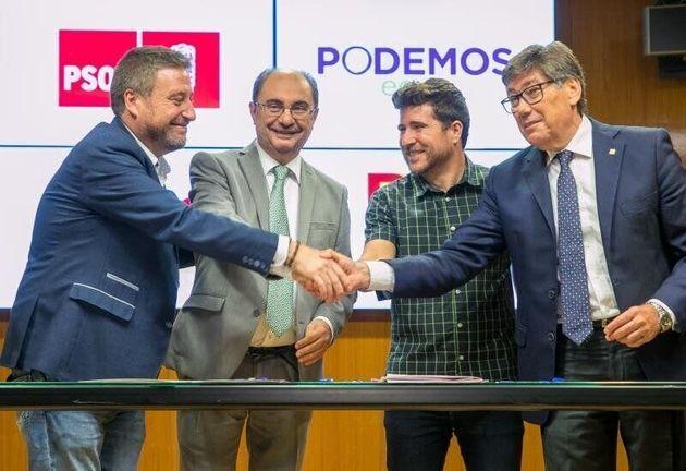 El presidente de Aragón, el socialista Javier Lambán (2d), junto a los líderes de...