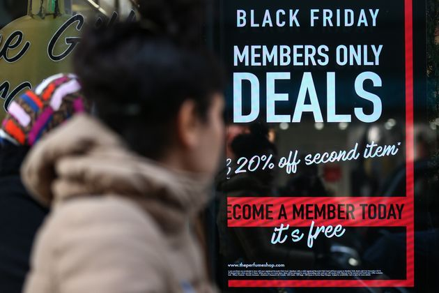 A Londres, une boutique s'est recouverte d'affiches promotionnelles pour le Black Friday. (Photo de Hollie...
